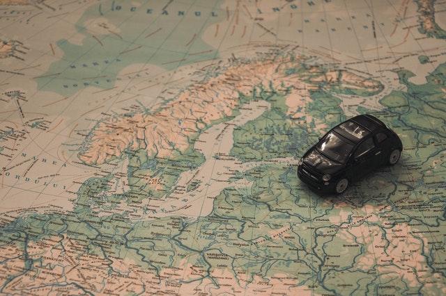 Mapa de Europa con un cochecito de juguete encima