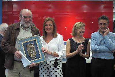 Eugenio Herrero recoge el trofeo de manos de Isabel Prada