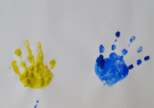 DIY: Mit Wasserfarben Fische aus Handabdrücken zaubern. Jeder Handabdruck bekommt seine eigene Farbe, gleich kommt die Anleitung für die Fische.