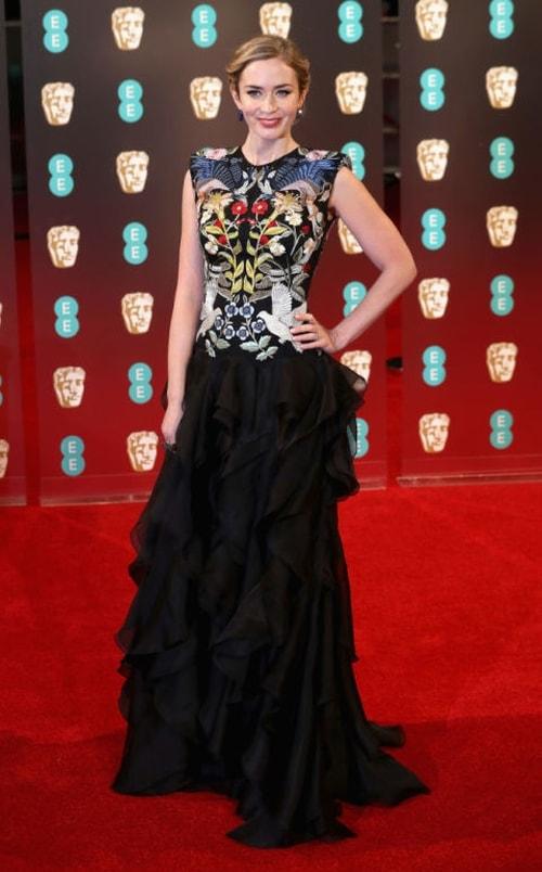 ايميلي بلانت بفستان ألكسندر ماكوين