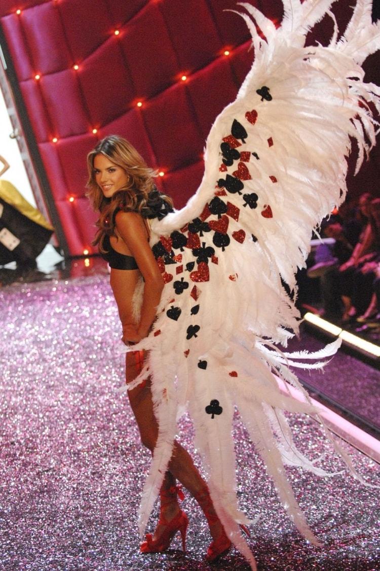 Alessandra Ambrosio: Đôi cánh thiên thần Victoria's Secret 17 năm cuối cùng cũng hạ xuống -7