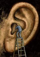 hombre escalando por las escaleras para ver la oreja