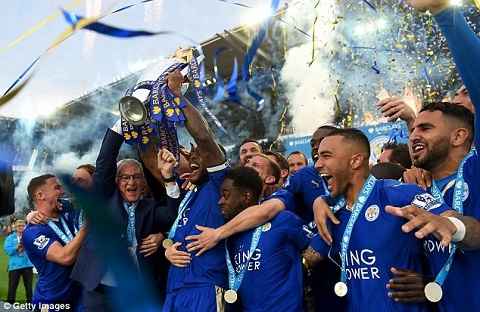 Thầy trò HLV Ranieri nâng cúp vô địch Ngoại hạng Anh mùa giải 2015/16.