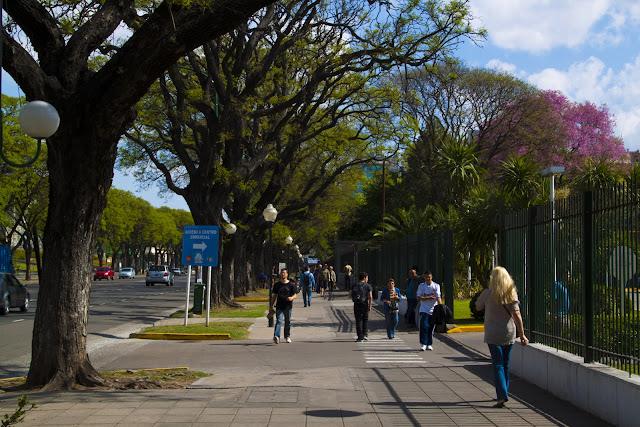 Gente caminando bajo el sol por Palermo