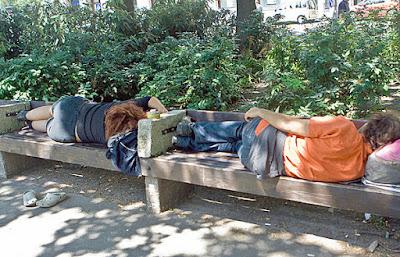 Auf Parkbank schlafen