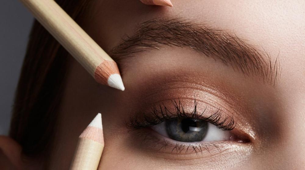 Straight Brows: Diese Augenbrauen-Form lässt uns sofort jünger wirken Cover Picture