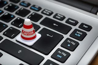 Teclado de ordenador y símbolo de precaución