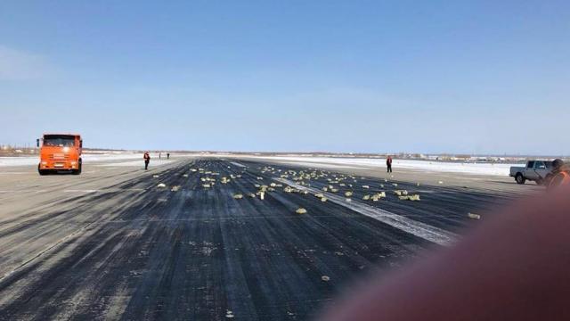Из самолета в Якутии на взлетно-посадочной полосе высыпалось золото