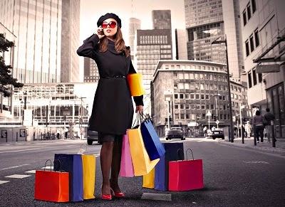 mulher fazendo compras como vender roupas pela internet