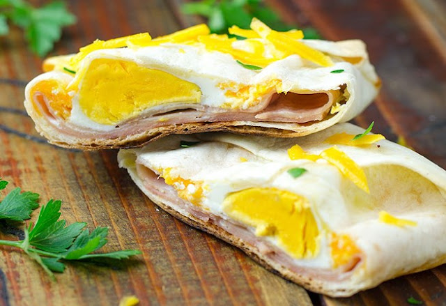 EASY HAM AND CHEESE BREAKFAST POCKETS