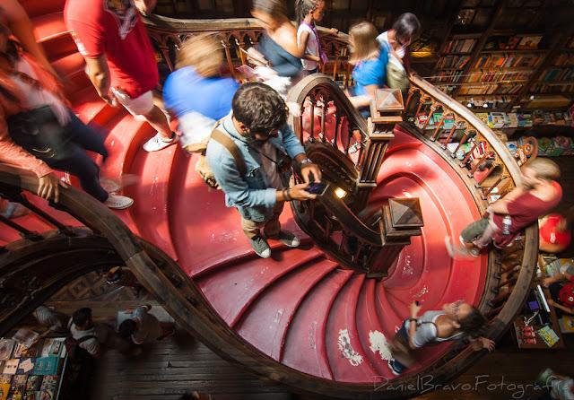 Fotografía cenital de la escalera de la famosa librería Lello