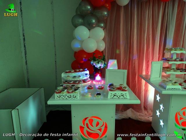 Mesa decorativa de aniversário com flores de rosas vermelhas