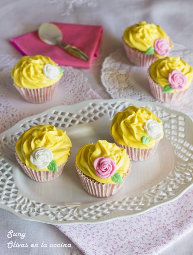 Cupcakes de vainilla con buttercream de queso y fruta de la pasión