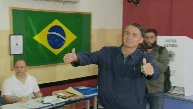Bolsonaro posa para fotos com sinal de positivo na Escola Municipal Rosa da Fonseca, Vila Militar, RJ. (Foto: Reprodução/Internet)