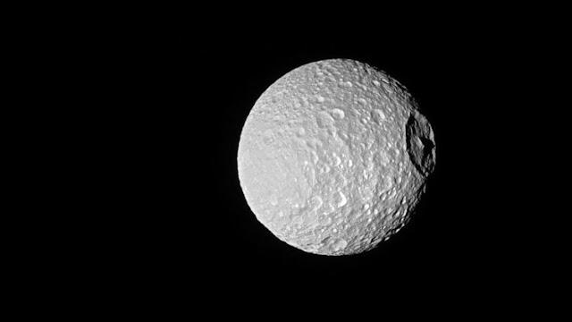 """La NASA captura una precisa imagen de la espeluznante """"Estrella de la Muerte"""" de Saturno"""