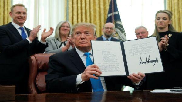 Trump firma memorando para crear Fuerza Espacial en EE.UU.