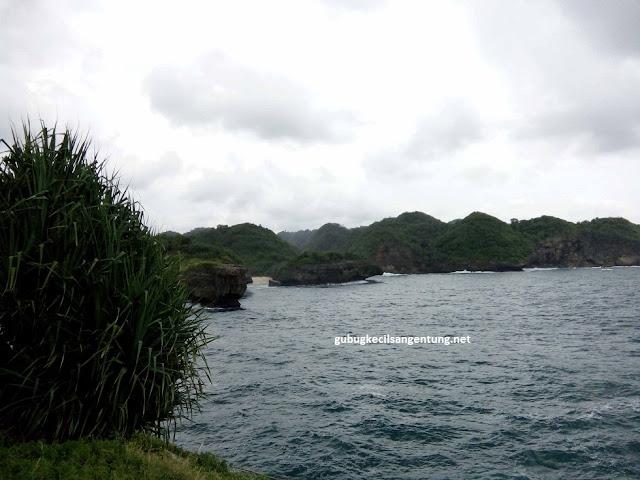 pantai sinden terlihat dari pulau kalong