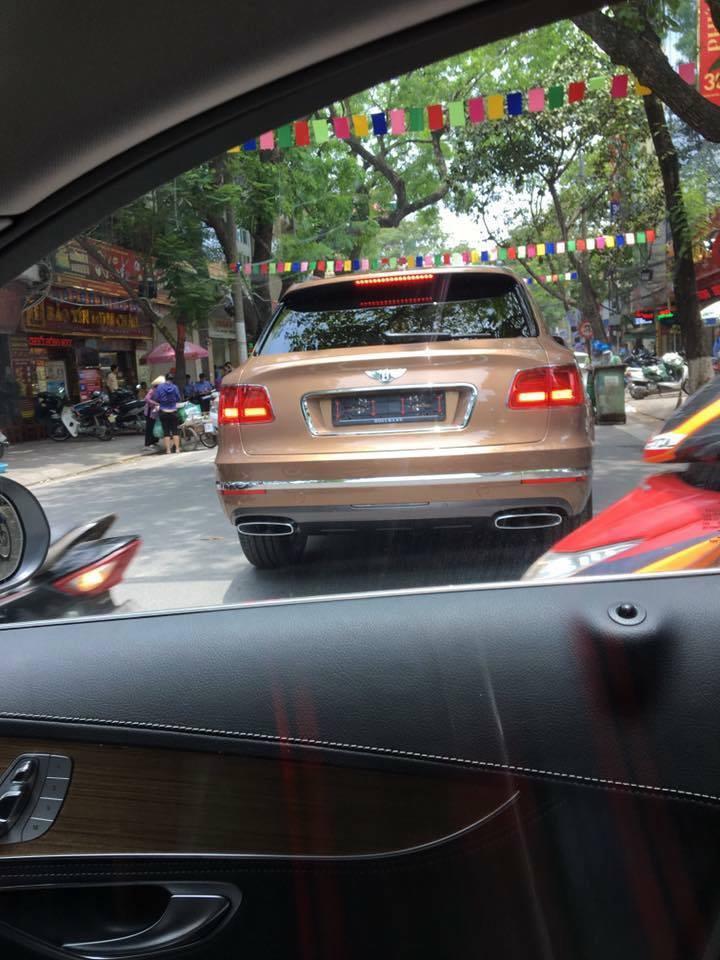 Mới về 1 ngày, Bentley Bentayga đã bon bon chạy trên đường