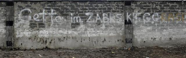 http://wyborcza.pl/7,87648,22705336,polacy-z-zabrza-odgradzaja-sie-murami-od-romskich-sasiadow.html#BoxGWImg