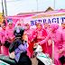 Ibu-Ibu Bhayangkari Polres Subang Bagikan Takjil kepada Para Pengguna Jalan