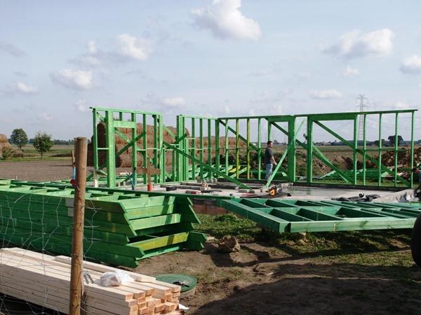 dom drewniany szkieletowy - ostawianie ścian na fundamencie