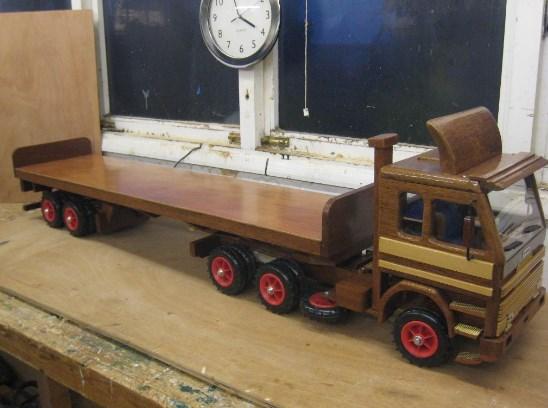 truk kontainer miniatur dari kayu