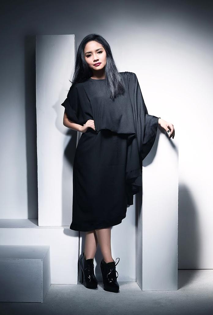 Baju hitam di Inggris Penyanyi Muda Berbakat Gita Gutawa