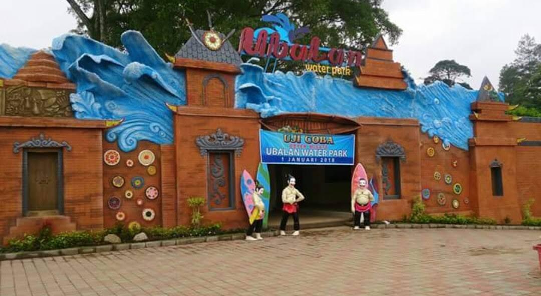 Gerbang depan Ubalan Waterpark Pacet Mojokerto