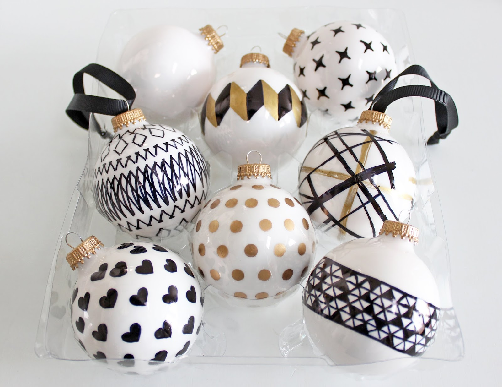 AM Dolce Vita: DIY Handpainted Holiday Ball Ornaments