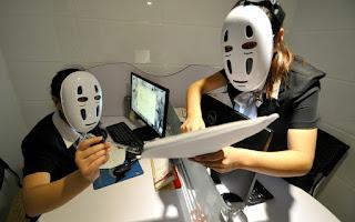 Zdjęcie chińskich pracownic w maskach ze Spirited Away