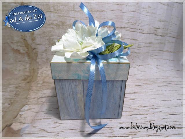 Niebieskie pudełko z bukietem kwiatów