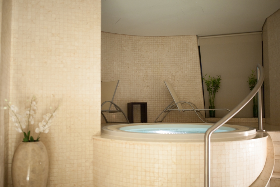 jaccuzzi pool spa radisson blu wellness