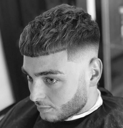 potongan rambut pria keriting yang bagus