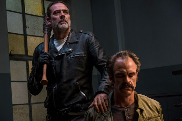 Negan y Simon en el episodio 8x15 Worth de The Walking Dead