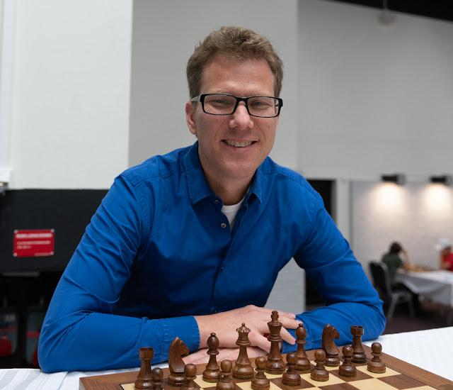 Persson spelar schack med emu