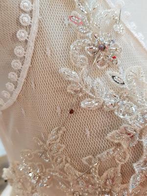 Ozdobne koronkowe aplikacje z koralikami na sukni ślubnej Vogue&She
