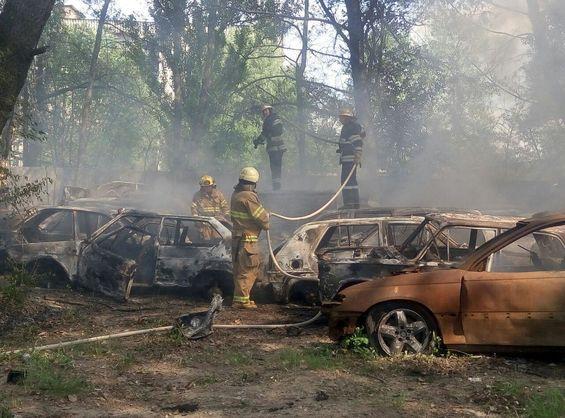 У Києві сталася масштабна пожежа, горіли десятки автомобілів