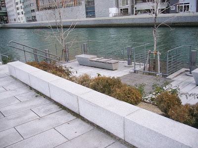 中之島公園、川沿いのベンチ