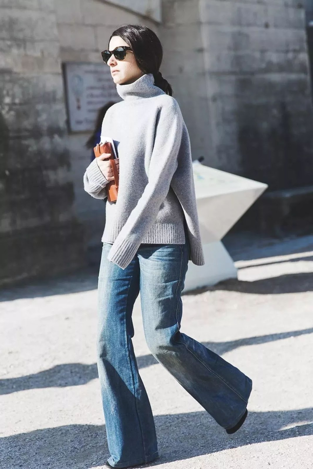 9 Ultra-Cool Ways to Wear Flared Jeans – Grey Turtleneck Sweater, Street Style