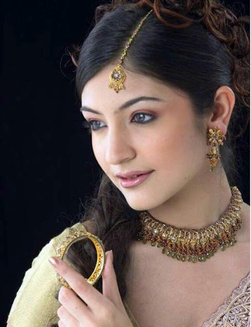 Anushka Sharma Saree: Actress Anushka Sharma Pictures: Anushka Sharma Hairstyle