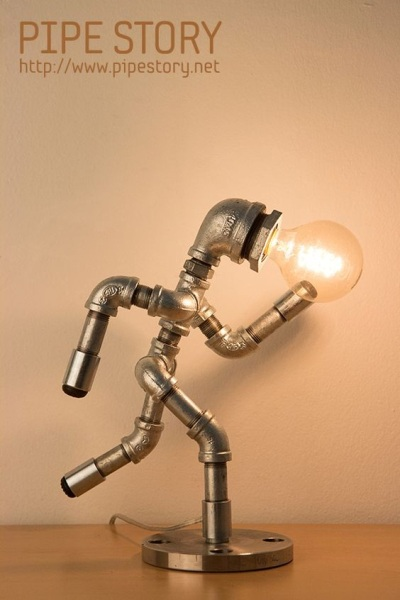 Lampu meja bergaya industrial terbuat dari pipa baja