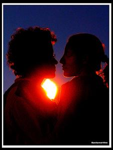 Imagen de un hombre y una mujer mirandose fijamente antes de besarse