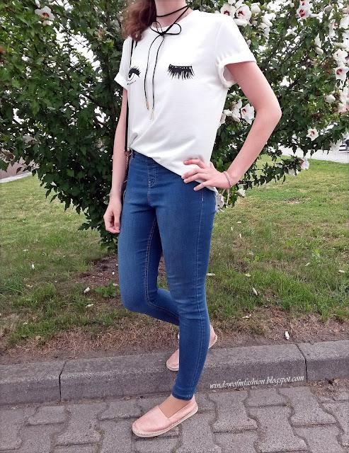 Biały T-shirt, czarny choker, jegginsy różowe espadryle i bransoletka