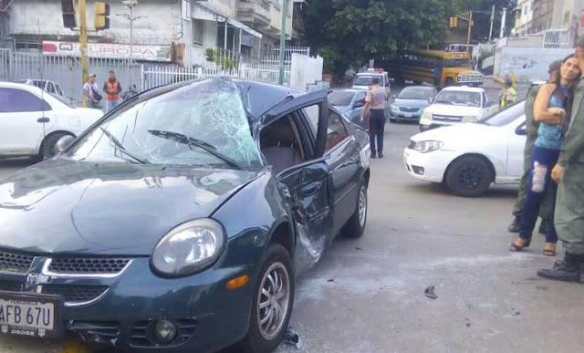 Tanqueta atropella vehículo lleno de estudiantes de la UCV