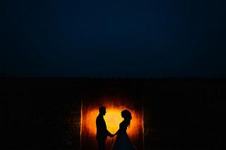 Perfil de las sombras de pareja de la mano.