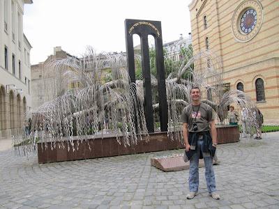 Monumento Conmemorativo del Holocausto, Árbol de la vida, sauce llorón de hojas metálicas