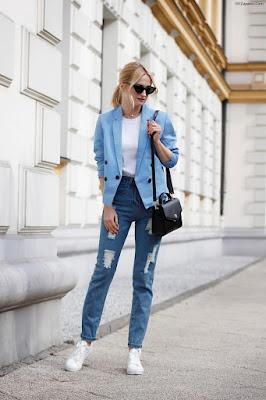 Zapatillas para mujer de color blanco y jeans