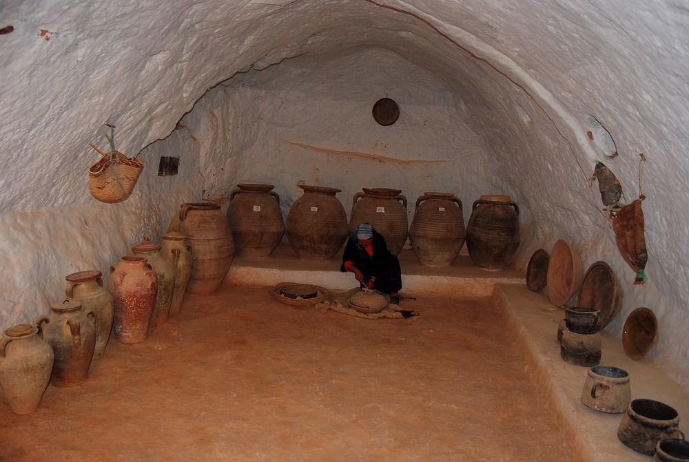 une petite pièce sert de lieu de stockage dans des récipients (huiles, graisse, céréales…)