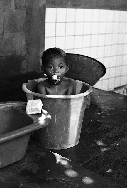Enfant faisant sa toilette