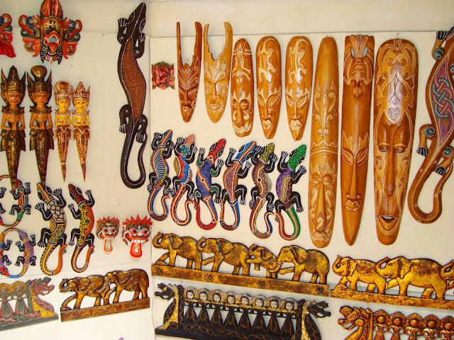 Изображение сувениров - масок, слонов, прочего...